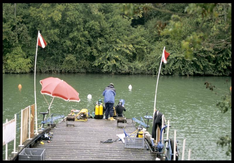 Vue de la mise à l'eau de deux plongeurs depuis le ponton (fouille E. Rieth).
