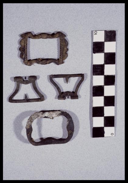 Vue de quatre boucle de ceinture et bretelles de métal (fouille D. David).