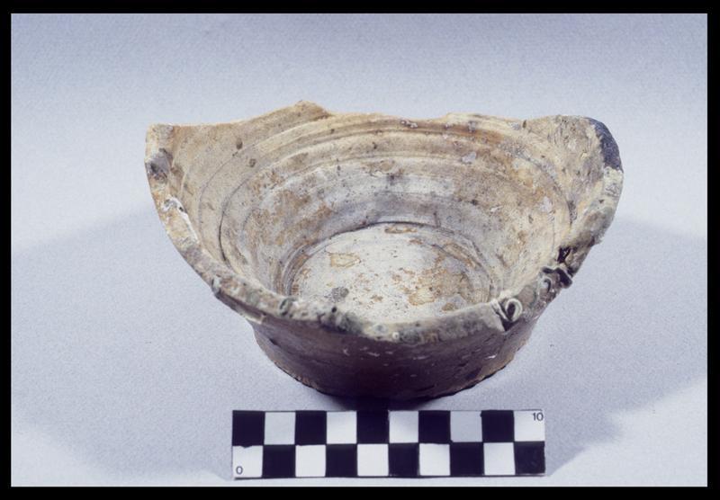 Vue d'un fond de pot ou de cruche en grès (fouille D. David).