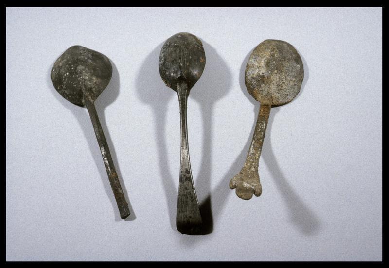 Vue de trois cuillères de bois et métal (fouille D. David).