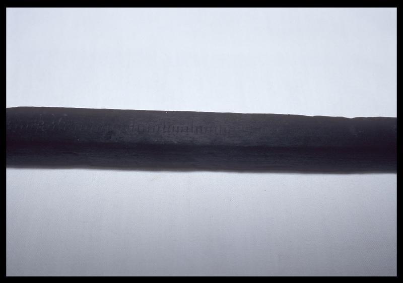Vue de détail des marque sur une régle de bois (fouille D. David).