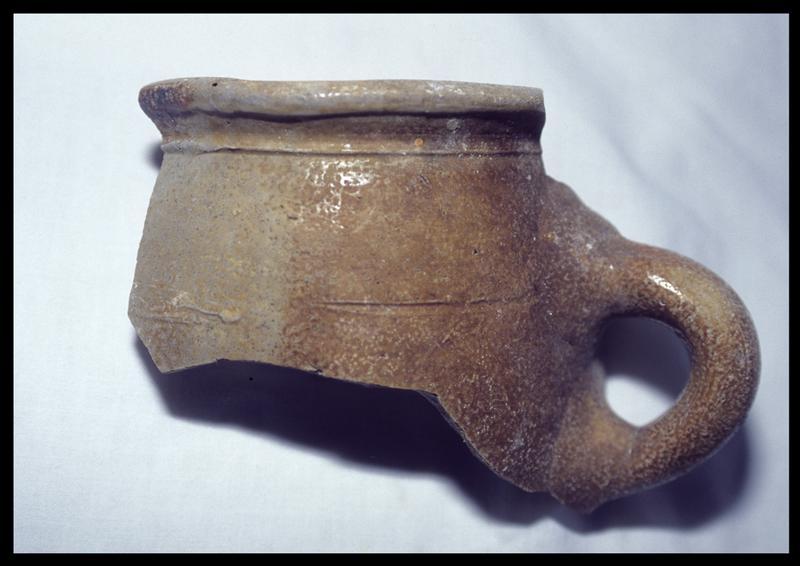 Vue du rebord d'un pot à anse ronde de grès (fouille D. David).