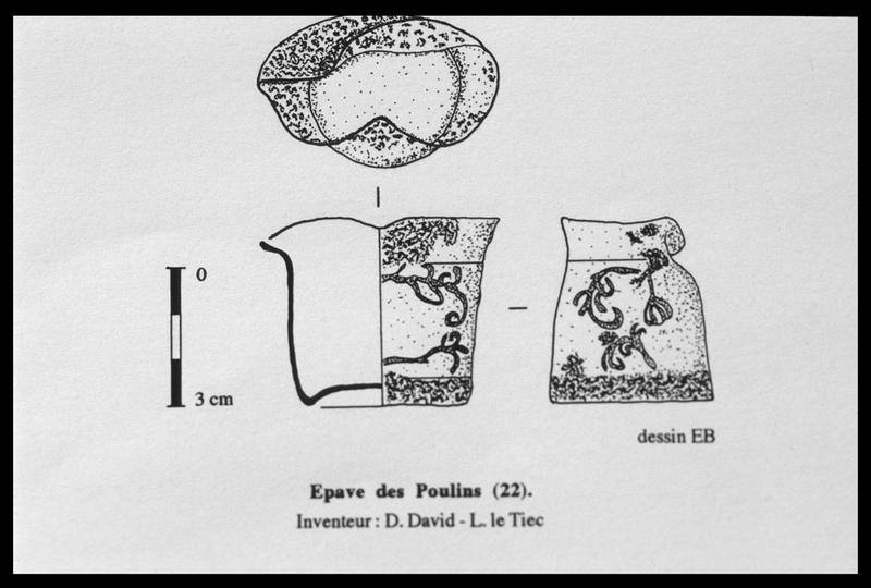 Vue du dessin d'un gobelet de métal orné de rinceaux (fouille D. David).