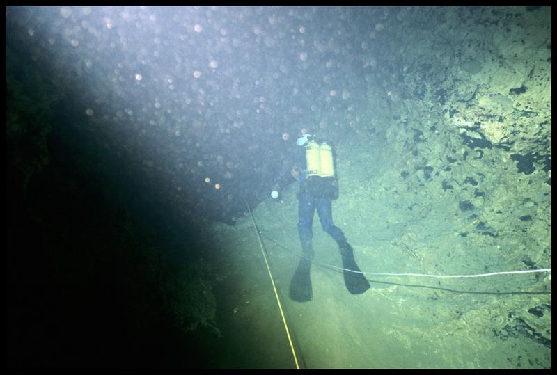 Vue de la mise à l'eau d'un plongeur (fouille Y. Billaud/Drassm).