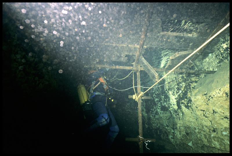 Vue de la mise à l'eau et d'un plongeur par dessous (fouille CNRAS).