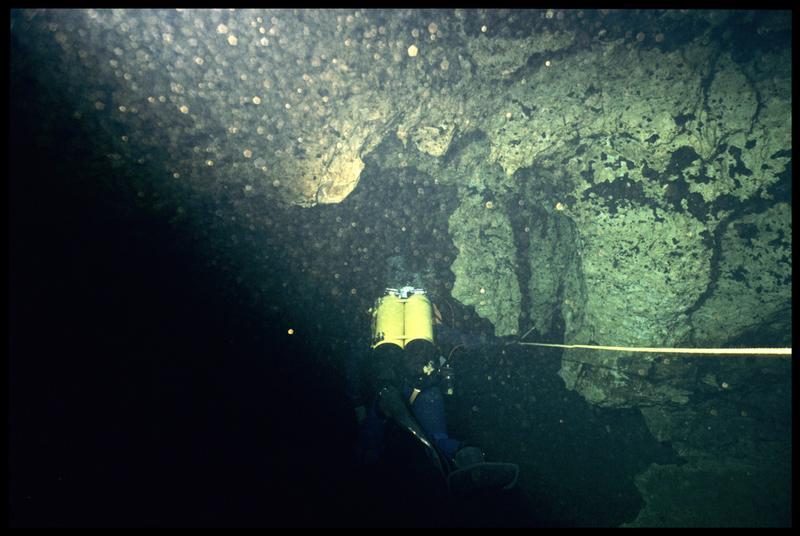 Vue d'un plongeur dans la galerie (fouille CNRAS).