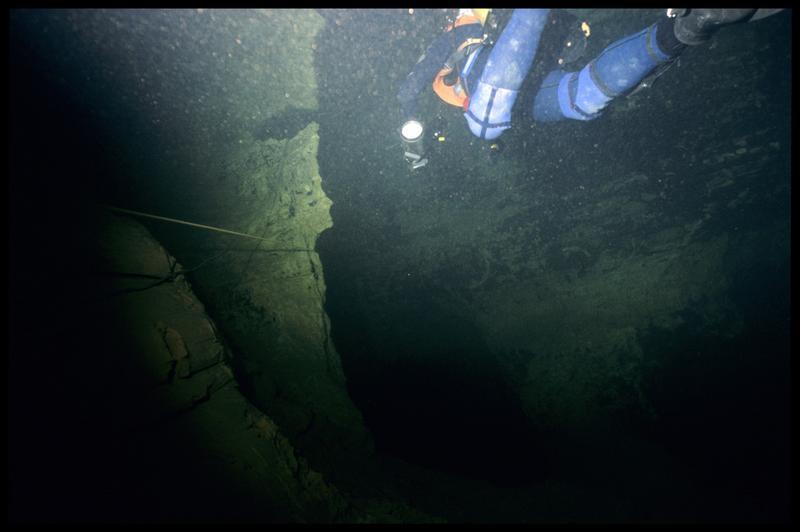 Vue sous-marine d'un plongeur dans le siphon (fouille CNRAS).