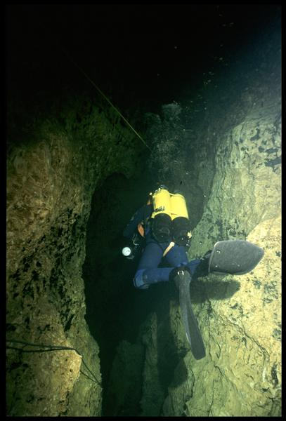 Vue sous-marine d'un plongeur dans la galerie (fouille CNRAS).