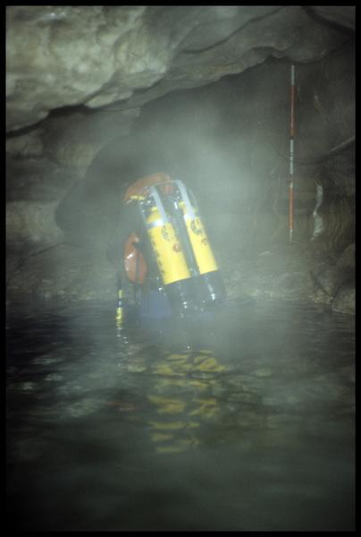 Vue de la mise à l'eau d'un plongeur (fouille CNRAS).