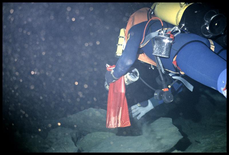 Vue sous-marine d'un plongeur dans le premier siphon (fouille CNRAS).
