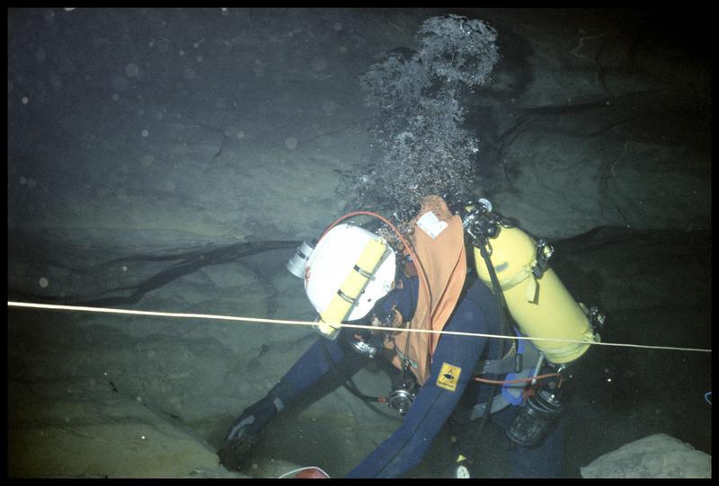 Vue sous-marine d'un plongeur prélevant des échantillons de roche (fouille CNRAS).