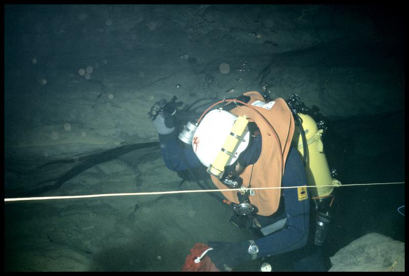 Vue sous-marine d'un plongeur dans le troisième siphon (fouille CNRAS).