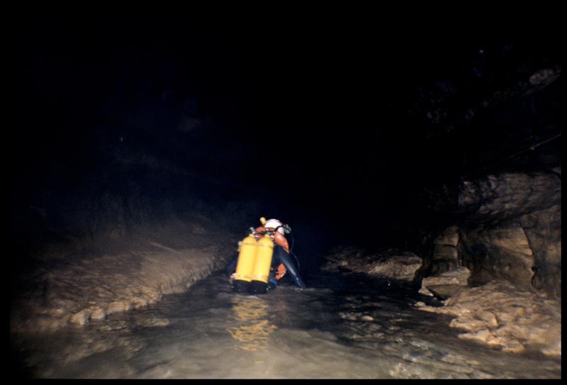 Vue d'un plongeur franchissant la marche entre les siphons 1 et 3 (fouille CNRAS).