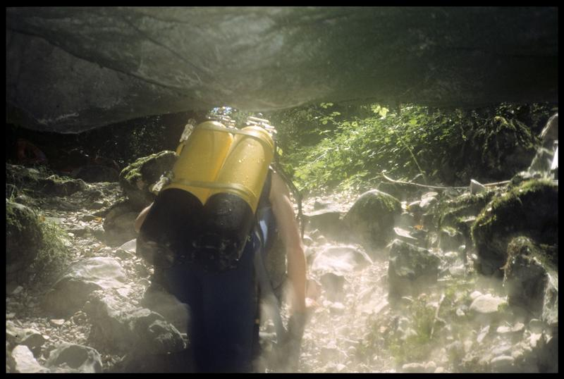 Vue du portage de la sortie de la grotte (fouille CNRAS).