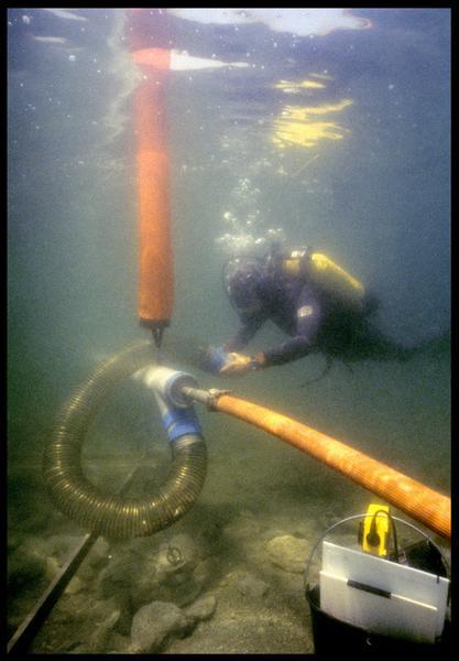Vue sous-marine d'un plongeur et de la suceuse à eau in situ (fouille F. Leroy/Drassm).