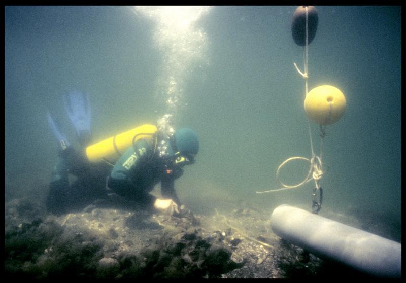 Vue sous-marine d'un plongeur à la déjection de la suceuse à eau (fouille F. Leroy/Drassm).