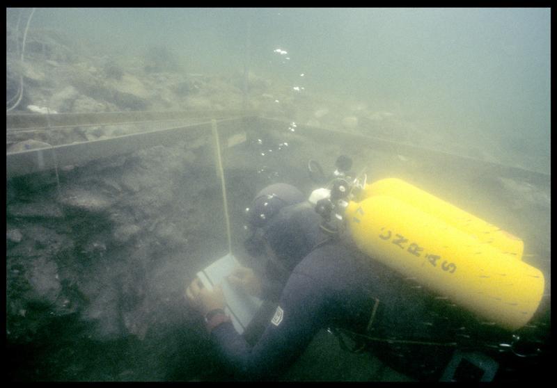 Vue sous-marine d'un plongeur effectuant le relevé de la stratigraphie (fouille F. Leroy/Drassm).