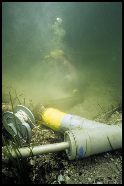 Vue sous-marine de la suceuse à eau et d'un plongeur (fouille F. Leroy/Drassm).