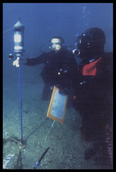 Vue sous-marine de la mise en place du théodolite (fouille M. L'Hour/Drassm, E. Veyrat/Drassm).