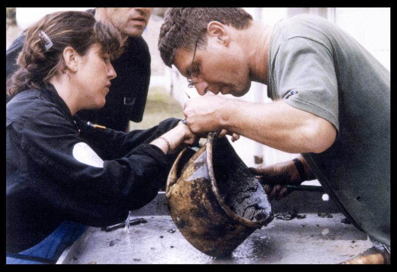 Vue du nettoyage d'un chaudron en cuivre (fouille M. L'Hour/Drassm, E. Veyrat/Drassm).