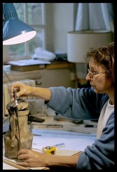 Vue de la dessinatrice travaillant sur un pichet en étain (fouille M. L'Hour/Drassm, E. Veyrat/Drassm).