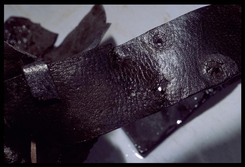 Vue de détail d'une ceinture de cuir (fouille M. L'Hour/Drassm, E. Veyrat/Drassm).