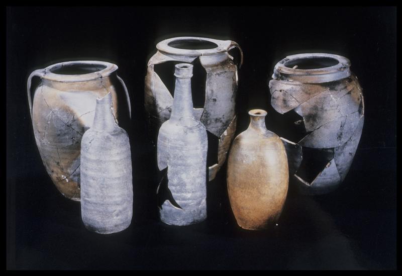 Vue de trois pots et de trois bouteilles de grès (fouille M. L'Hour/Drassm, E. Veyrat/Drassm).