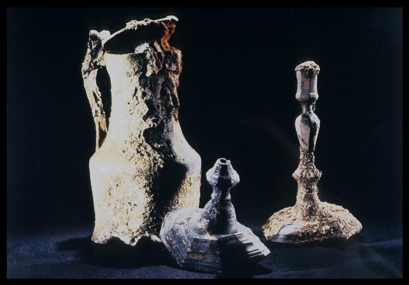 Vue d'un pichet et de deux chandeliers en étain (fouille M. L'Hour/Drassm, E. Veyrat/Drassm).