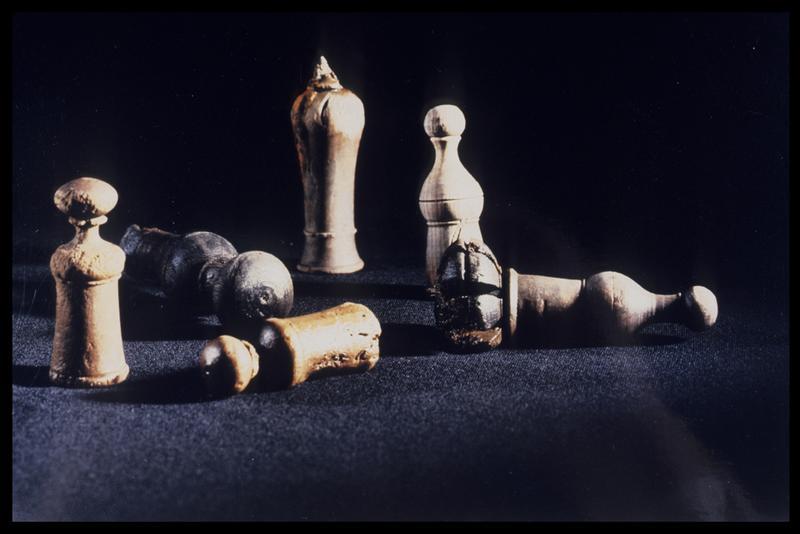 Vue de six pièces d'échec en bois (fouille M. L'Hour/Drassm, E. Veyrat/Drassm).