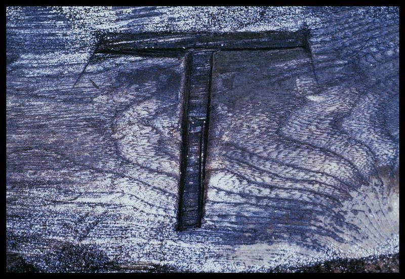 Vue d'une marque de charpentier en T sur un barrotin de bois (fouille M. L'Hour/Drassm, E. Veyrat/Drassm).