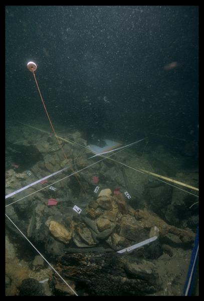 Vue sous-marine d'un carré de fouille sur la carène (fouille M. L'Hour/Drassm, E. Veyrat/Drassm).