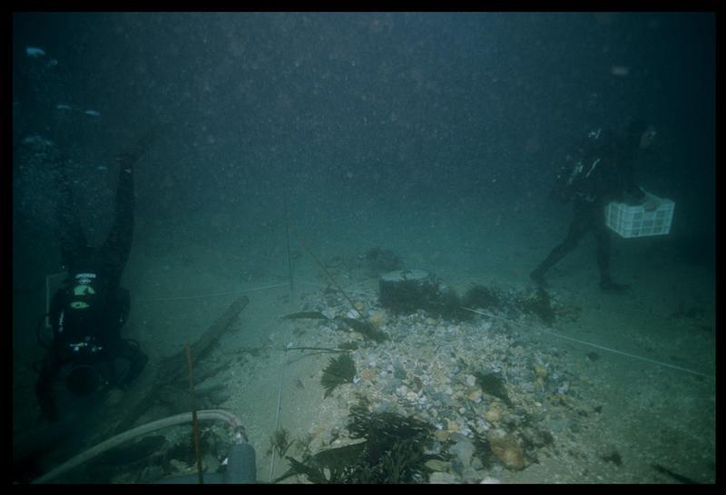 Vue sous-marine des plongeurs sur le site (fouille M. L'Hour/Drassm, E. Veyrat/Drassm).