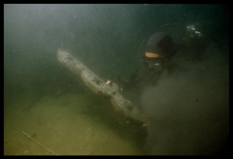 Vue sous-marine d'un plongeur remontant un bigot de racage de bois (fouille M. L'Hour/Drassm, E. Veyrat/Drassm).
