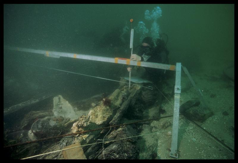 Vue sous-marine d'un plongeur effectuant les mesures de la carène (fouille M. L'Hour/Drassm, E. Veyrat/Drassm).