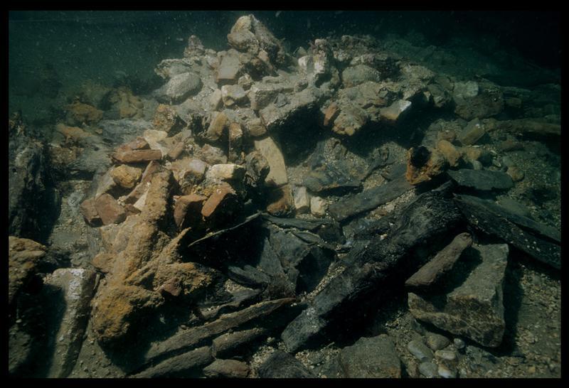 Vue sous-marine de briques de terre cuite in situ (fouille M. L'Hour/Drassm, E. Veyrat/Drassm).