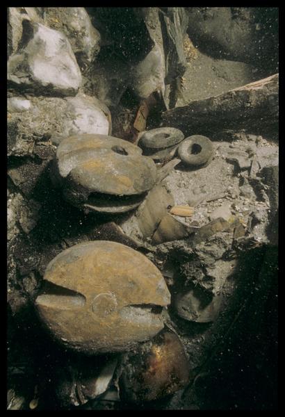 Vue sous-marine de poulies de bois in situ (fouille M. L'Hour/Drassm, E. Veyrat/Drassm).