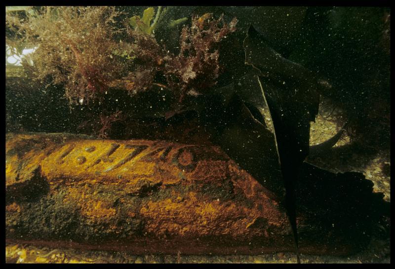 Vue sous-marine d'un lingot de fonte de fer marqué (1746) in situ (fouille M. L'Hour/Drassm, E. Veyrat/Drassm).