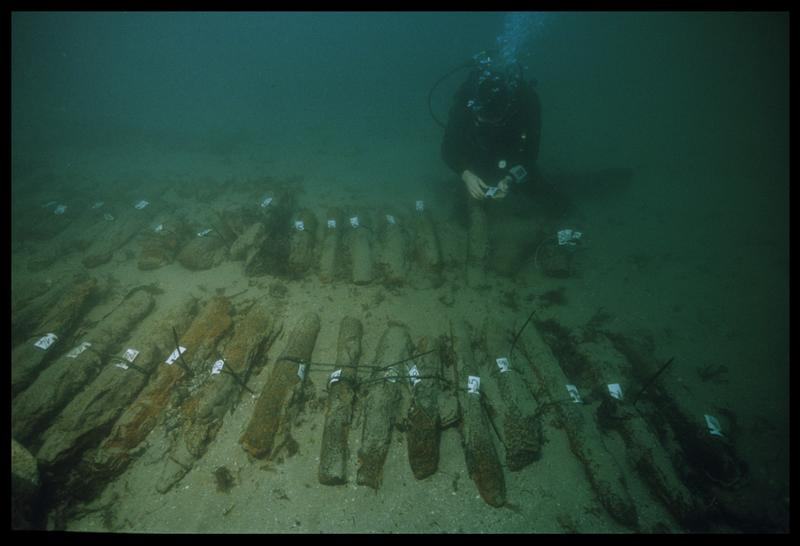 Vue sous-marine d'un plongeur effectuant la numérotation des lingots de fonte de fer (fouille M. L'Hour/Drassm, E. Veyrat/Drassm).