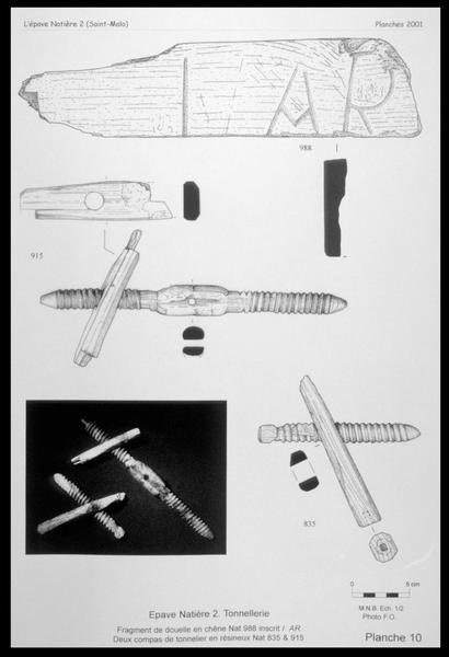 Vue du dessin de fragment de douelle marque AR et de deux compas de tonnelier (fouille M. L'Hour/Drassm, E. Veyrat/Drassm).