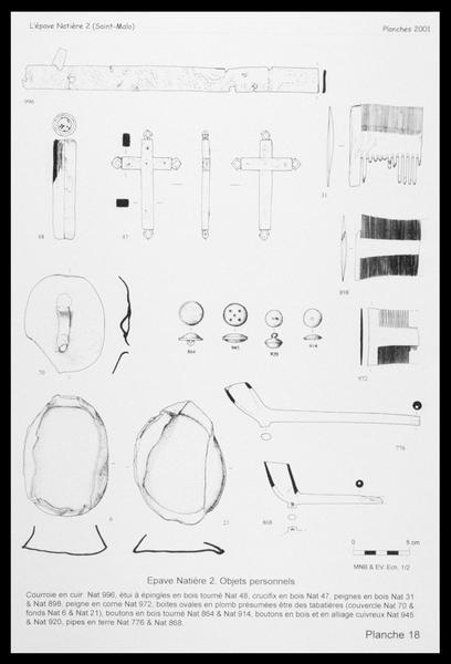 Vue du dessin des effets personnels en bois (croix, peigne, bouton), en cuir (courroie), métal (bouton, boite), céramique (pipe) (fouille M. L'Hour/Drassm, E. Veyrat/Drassm).