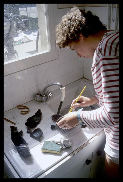 Vue du nettoyage des pièces de céramique (fouille M. L'Hour/Drassm, E. Veyrat/Drassm).