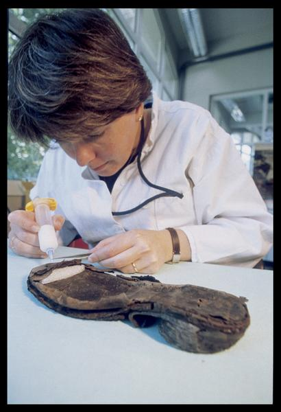 Vue de la restauration d'une chaussure de cuir (fouille M. L'Hour/Drassm, E. Veyrat/Drassm).