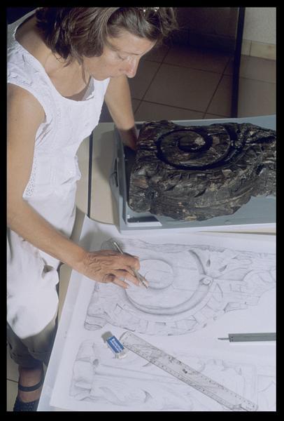 Vue de la dessinatrice peaufinant le dessin de bois ouvragé (fouille M. L'Hour/Drassm, E. Veyrat/Drassm).
