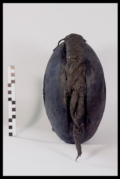 Vue de profil d'une poulie de bois avec des restes de cordage (fouille M. L'Hour/Drassm, E. Veyrat/Drassm).