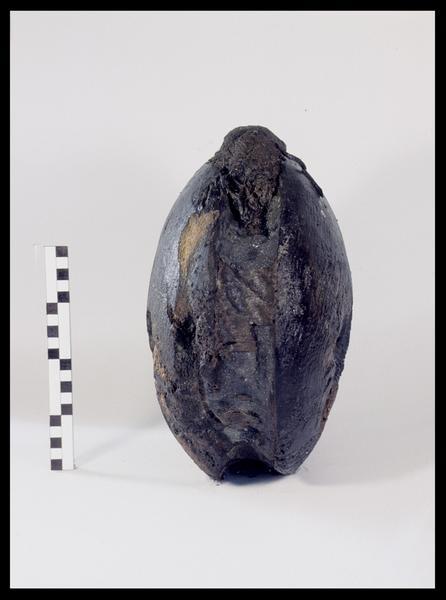 Vue d'une poulie de bois avec des restes de cordage (fouille M. L'Hour/Drassm, E. Veyrat/Drassm).