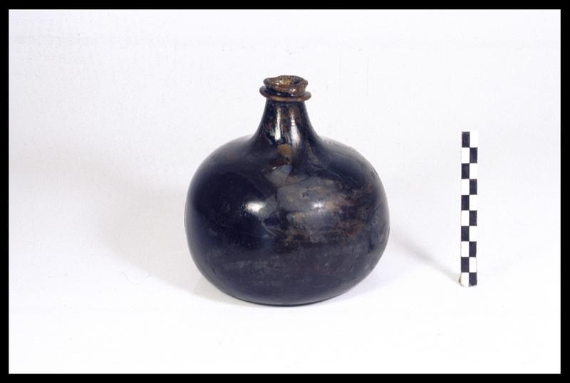 Vue d'une bouteille de verre (fouille M. L'Hour/Drassm, E. Veyrat/Drassm).