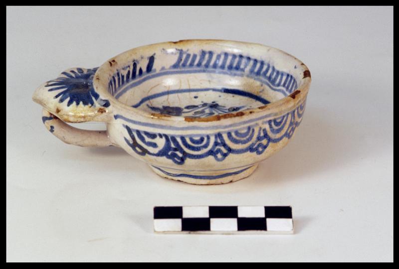 Vue d'une tasse à anse à oreille de faïence blanche à décor géométrique bleu (fouille M. L'Hour/Drassm, E. Veyrat/Drassm).