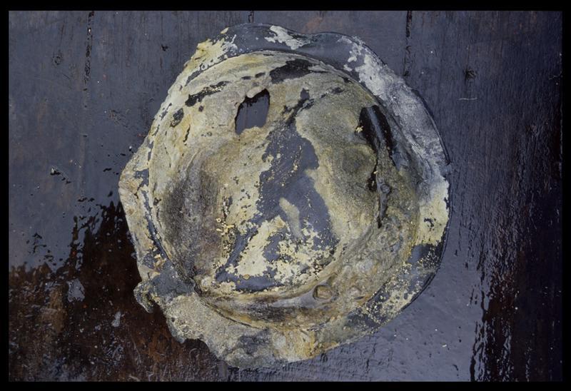 Vue d'un crachoir en étain (fouille M. L'Hour/Drassm, E. Veyrat/Drassm).