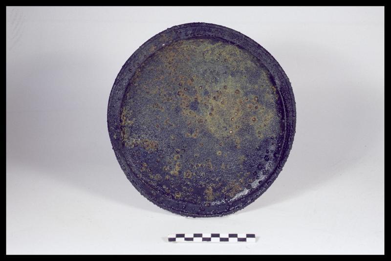 Vue d'un plat en étain (fouille M. L'Hour/Drassm, E. Veyrat/Drassm).