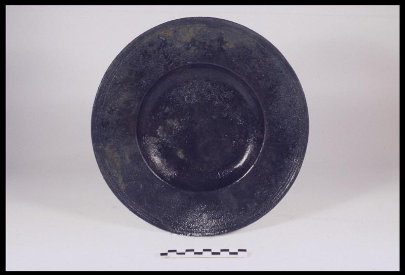 Vue d'une assiette en étain (fouille M. L'Hour/Drassm, E. Veyrat/Drassm).